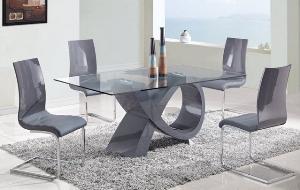 Современные стол и стулья в интерьере