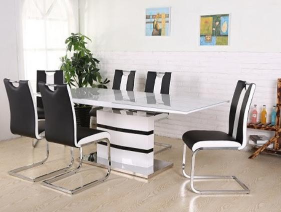 Стол и стулья в интерьере